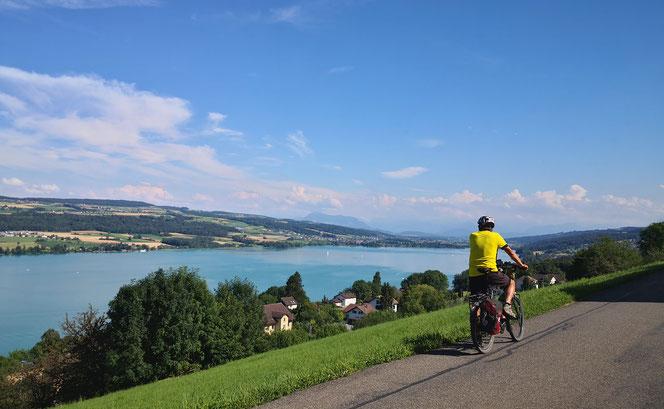Tagestour in der Innerschweiz. Ausblick über dem Baldeggersee. Am Ende des Sees Hochdorf.