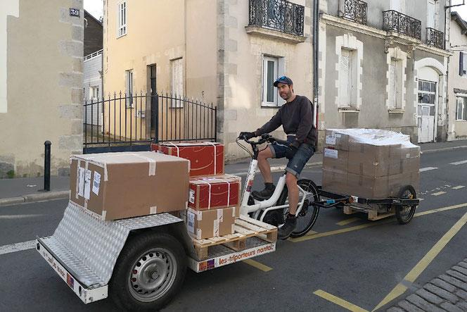 E-Bike-Transporte der etwas anderen Art in Nantes. Die Strassen sind hier genügend breit.
