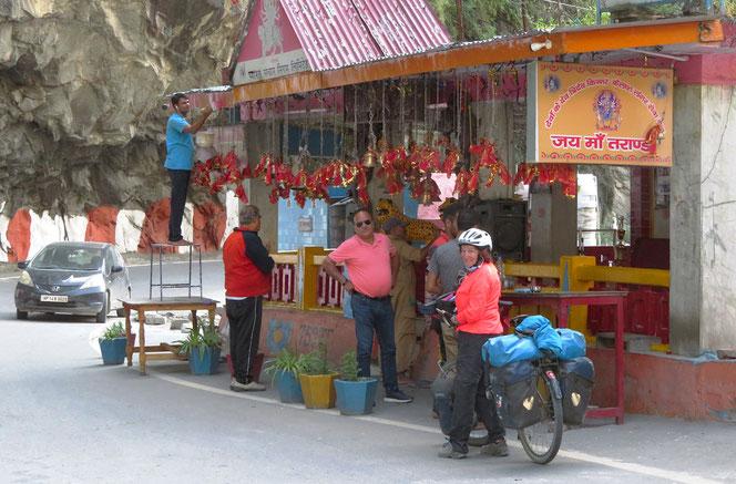 Die Tempel an der Strasse werden fleissig zum Beten aufgesucht. So wie die Inder fahren, sicher notwendig.