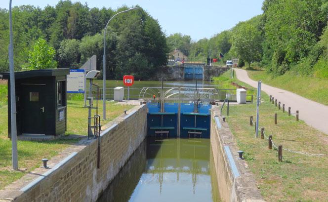 Am Canal de Jonction, kurz vor Nancy, gibt es viele Schleusen.