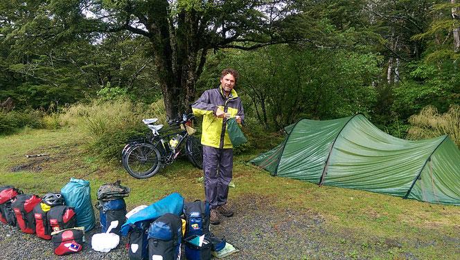 Nach einer Regennacht am Lewispass heisst es rasch zusammenpacken.