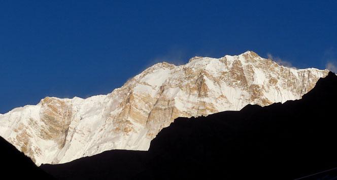 Die Annapurna I, 8091m, im frühen Morgenlicht, vom Machhapuchhre Base Camp aus gesehen.