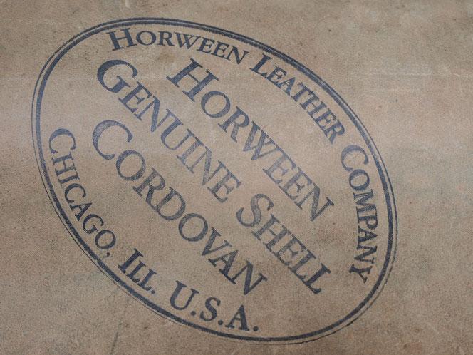 Die gestempelte glatte Rückseite eines schwarzen Genuine Shell Cordovans der Horween Leather Company aus Chikago Illinois USA.