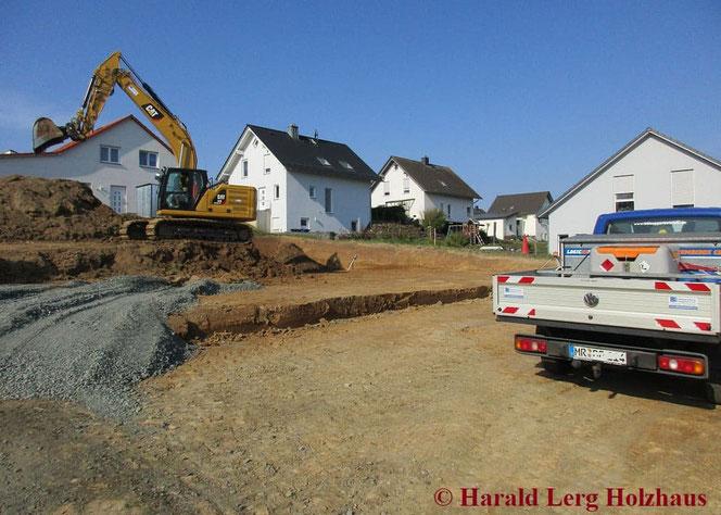 Grundstück -Baustelle - Aushubarbeiten für das Fundament des Neubaus bei Giessen - Bodenplatte - Neubau -  Baubeginn - Erdaushub - Hausbau - Bau - Einfamilienhaus - Eigenleistung - Baunebenkosten - Baggerarbeiten