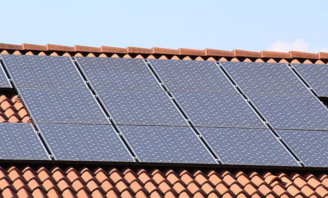 Photovoltaik, Solarthermie, Dachdecker, Sonnenkollektoren, Energiegewinnung, Bauherr, Grundstück, Baustelle, Baufinanzierung, Wohnhaus, Wärmerückgewinnung, Lüftungsanlage, Klimaschutz, Energierückgewinnung, Bauort, Bauen, Hausbau,  CO2-Fußabdruck
