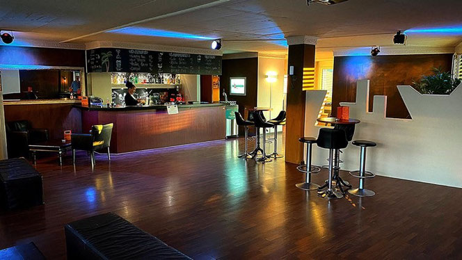 Unser gemütiches Ambiente an der Bar, mit abgetrenntem Raum für Spiel & Spass mit Töggelikasten und Dart