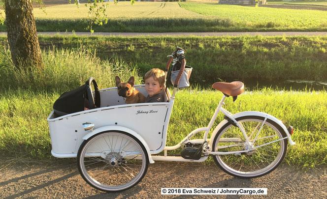 Eva mit ihren 2 Kindern und dem Hund