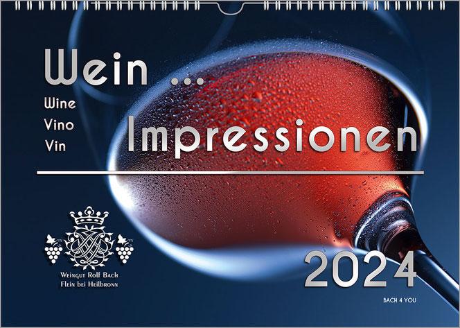 """Es ist derselbe Weinkalender wie oben: ein riesiges Rotweinglas mit Wein auf dunkelblauem Grund. Der Titel """"Wein ... Impressionen"""". Die Jahreszahl ist oben rechts und oben links steht - personalisiert - Guten Rutsch ins Neue Jahr, Werner + Maria."""