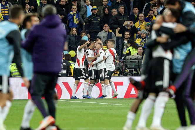 Les supporters bosteros ont compris : la frappe sèche sous la barre de Juan Fernando Quintero (deuxième en partant de la droite) va offrir à un River Plate en supériorité numérique la quatrième Copa Libertadores de son histoire