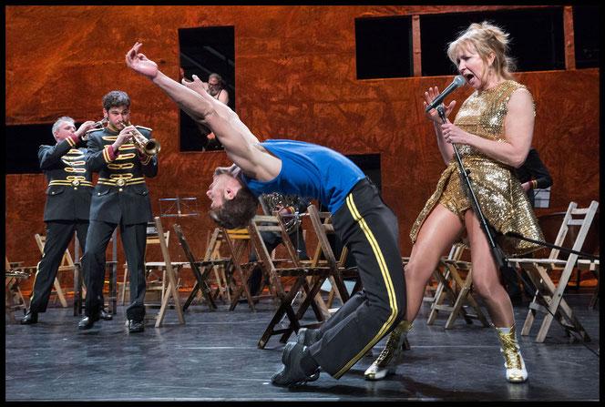 """NTGent & les ballets C de la B, Gent: """"En avant, marche!"""" / Foto: Phile Deprez, Gent"""