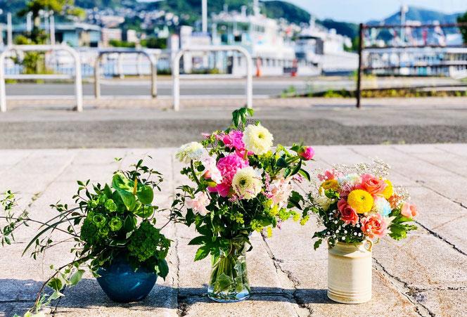 カラフルな花たちと港