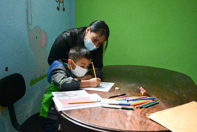 Home-schooling in Guatemala (© Niños de Guatemala)