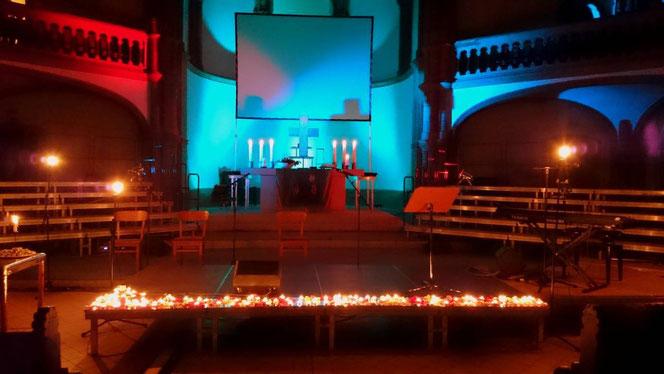 Kerzen und stimmungsvolles Licht bei der Gospelmeditation