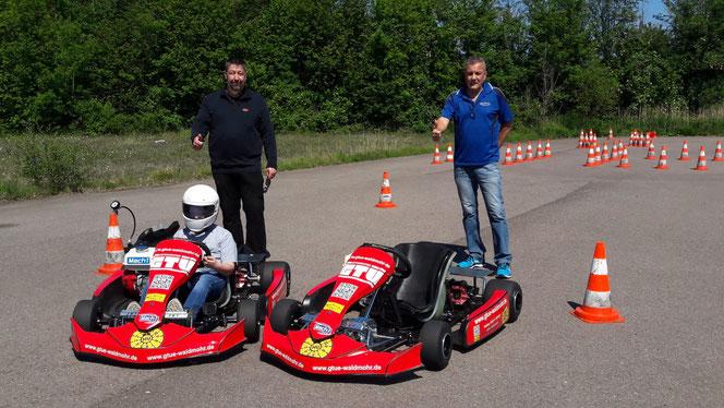 Jens Böhnlein (links) und Frank Heinrich bei der Übergabe des zweiten Trainingskarts