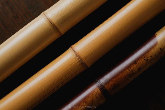 二本の白竹と、古材の煤竹
