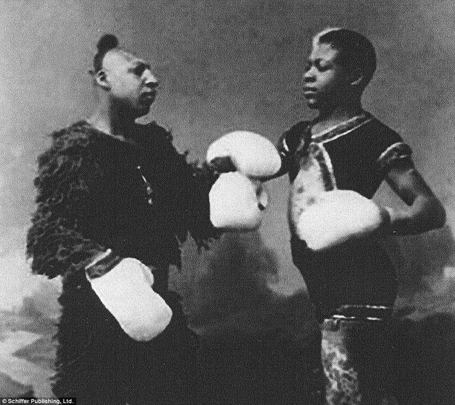 ミッシング・リンクの衣装を着て黒人ボクシングを行うジップ。
