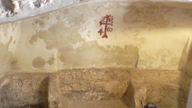 Графити креста, Византийского периода, с аббревиатурой Иисус Христос и Альфа и Омега.
