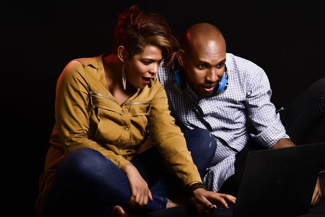 Ein Ehepaar schaut sich verwundert das Ergebnis des Vaterschaftstest an (Foto: Pixabay)