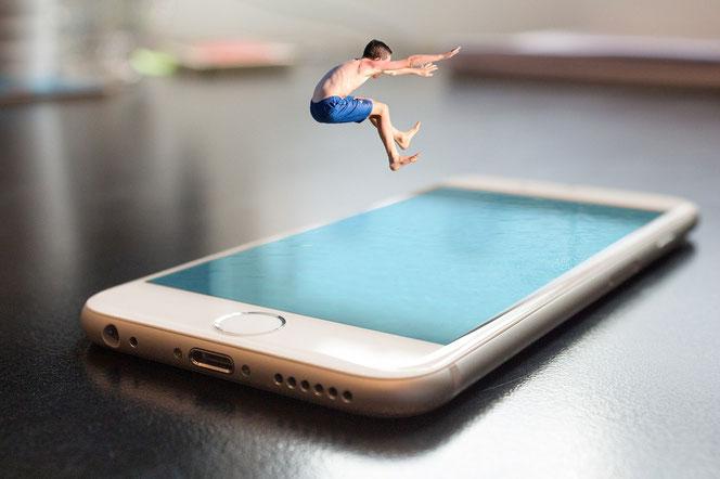 Yeah! Kids stürzen sich auf das IPhone, Smartphone und Co. (Foto: Pixabay)