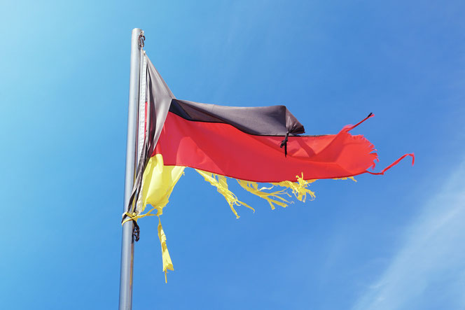Eine zerfetzte Deutschland-Fahne (Foto: Pixabay)
