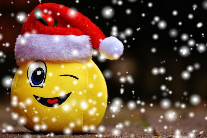 Ein Smiley mit Weihnachtsmannmütze (Foto: Pixabay)
