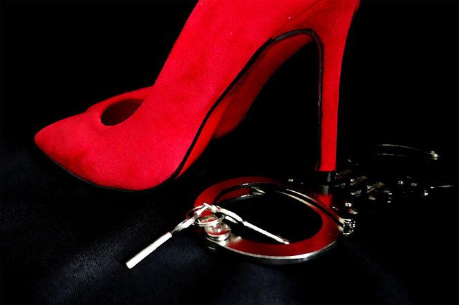 Jeder so, wie er es mag: High Heels und Hanschellen (Foto: Pixabay)