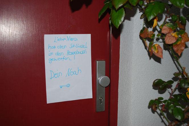 Ein Zettel an der Tür für die Mama (Foto: Früherwisser Media)