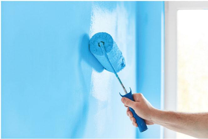 壁の一面を薄い青色に塗り替えてリフレッシュ