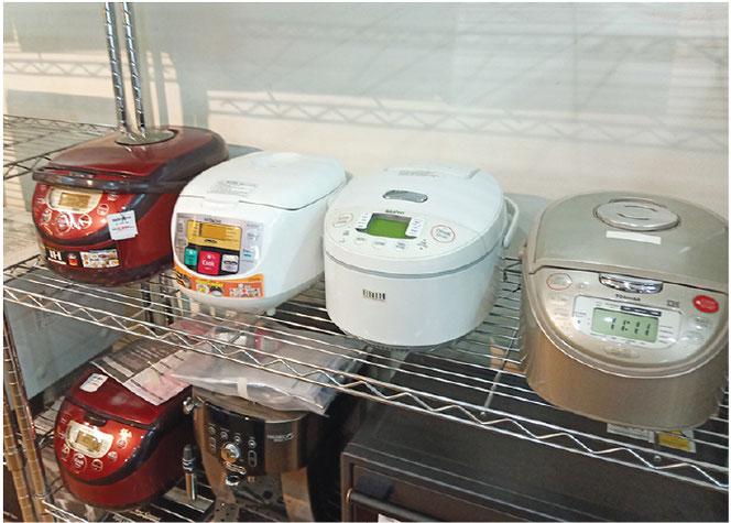 トーキョージョーの店前には格安衣料品も多数