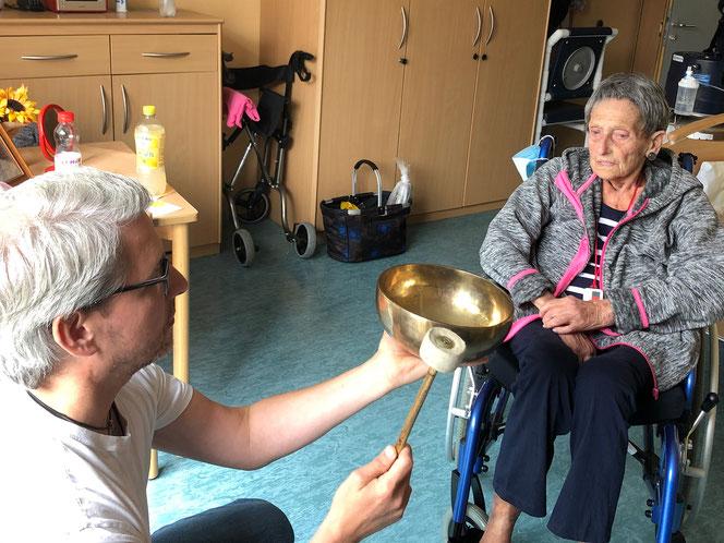 Klangtherapeut Achim Wendling bei Johanna Saueressig, Bewohnerin des Eugnie Michels Hospitz