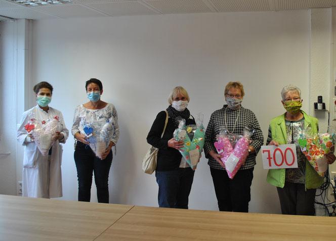 (von links) Dr. Fausia Neek und Nicole Leuteritz vom Brustzentrum Nahe freuen sich über das unermüdliche Engagement der Frauenselbsthilfegruppe Idar-Oberstein mit den fleißigen Näherinnen Brigitte Schuch, Sigrid Juchem und Erni Weber Foto: Franziskanerbrü
