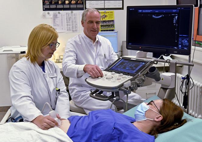 Die Weiterbildung im stationären Bereich absolviert Laura Endres in der Inneren  Medizin der Hunsrück Klinik und wird dabei von Chefarzt Dr. Wolfang Rimili betreut.  Fotos: Stiftung kreuznacher diakonie
