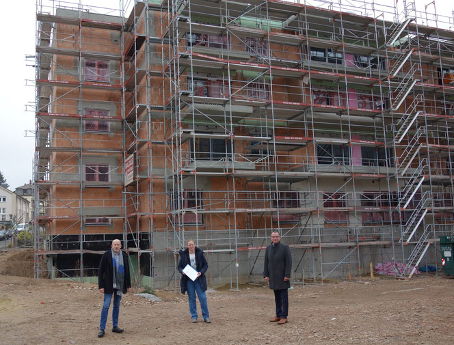 Oliver Riedle, Tamara Hinterkircher und Joachim Domann (v.l.n.r.) sind zufrieden mit dem Baufortschritt des Hauses Franziskus. Foto: Franziskanerbrüder v. Hl. Kreuz