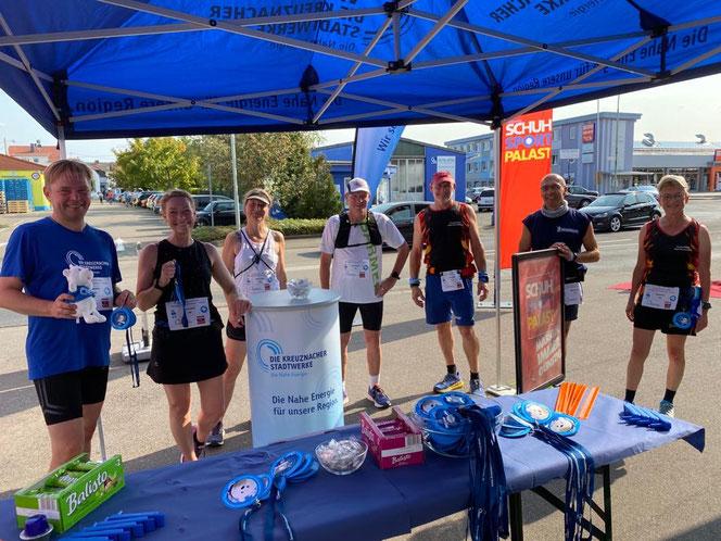 Auf dem Foto: Christoph Nath mit dem Team Feuerläufer, die beim Lauf teilnahmen, um verschiedenste Vereine zu unterstützen.