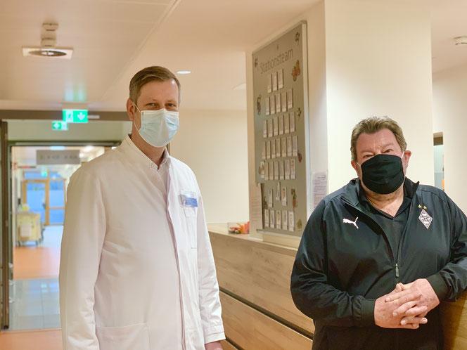 Priv.-Doz. Dr. Markus Paschold (l.) ist sehr zufrieden mit dem Genesungsprozess von Dieter Häusler (r.). Foto: Krankenhaus St. Marienwörth