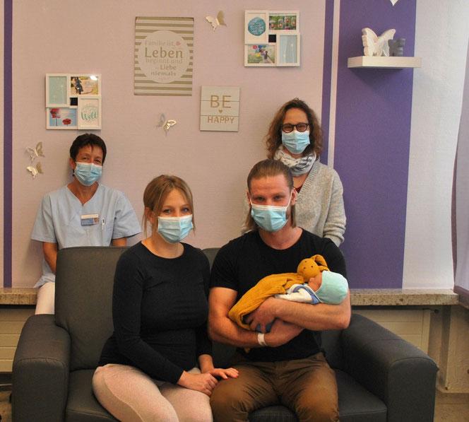(von links) Die Leiterin der Abteilung Gynäkologie/ Geburtshilfe Nicole Leuteritz und Hebamme Gudrun Grosenick freuen sich mit den Eltern Sina Hill und Engin Ulu über die Geburt von Malik, in diesem Jahr das 500. Baby im St. Marienwörth Foto: Franziskaner