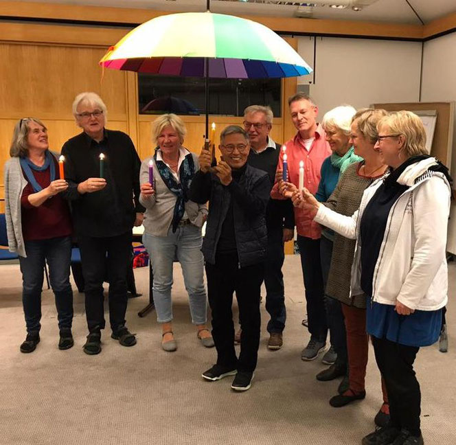 Der bisherige Vorstand überreichte Nobu Hirata eine Regenbogen-Schirm als Segenswunsch, aber auch als Zeichen für die im Verein gelebte Diversität.