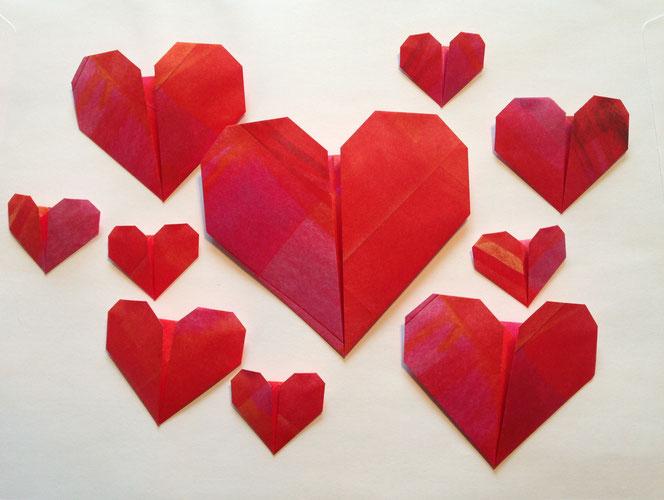 Gefaltete Origami-Herzen