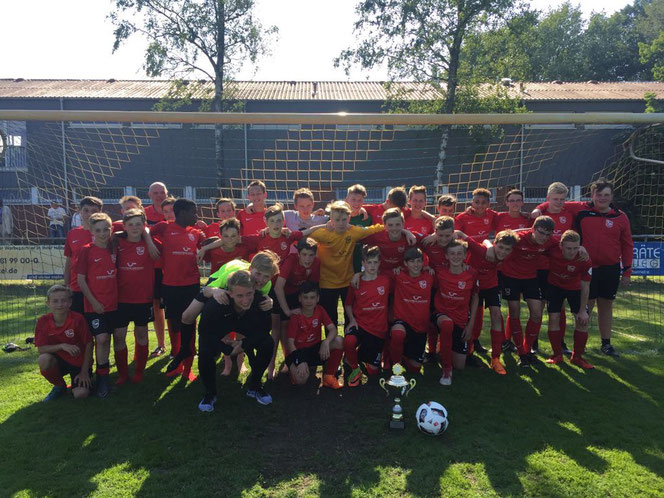 Eine große VfL-Stenum-Familie: Mannschaft C 1 mit Trainer Daniel auf Platz 2 und Mannschaft D 1 mit den Trainern Carsten und Luca auf Platz 1