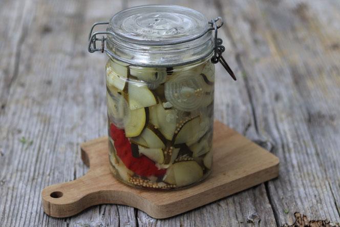 eingelegter Zucchini im Glas