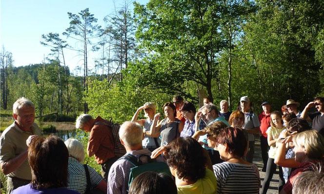 """52 Wander- und Naturfreunde nahmen an der """"Wanderung rund um Thanstoi mit Sagen und Mythen"""" teil. Foto: grk"""