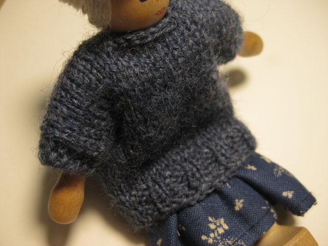 copyright www.birthe.eu Birthe Sülwald blauer Pullover für Püppchen