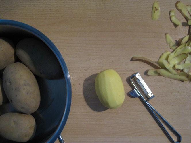 copyright www.birthe.eu Birthe Sülwald Kartoffelsuppe Kartoffeln schälen