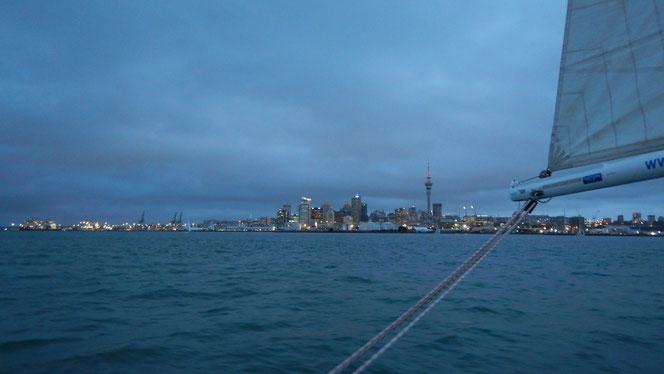 Weinig wind en tegenstroom = finishen bij zonsondergang
