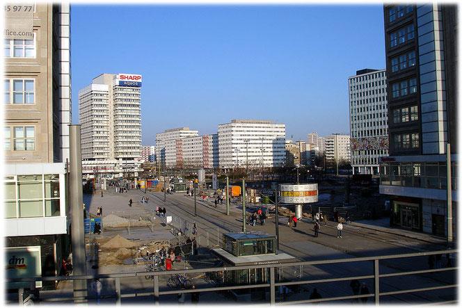 Ein schnes Bild vom Alexanderplatz in Berlin mit Weltzeituhr, Haus des Lehreres und dem Haus des Reisens. Der Saturn-Markt ist noch nicht errichtet. Bilder aus Berlin und der Geschichte der Hauptstadt
