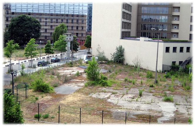 Spuren der Berliner Mauer am Potsdamer Platz. Bilder von einer ehemaligen Grenzanlage am Berliner Postdamer Platz. Reste eines Wachturms und einer Lichtananlage.