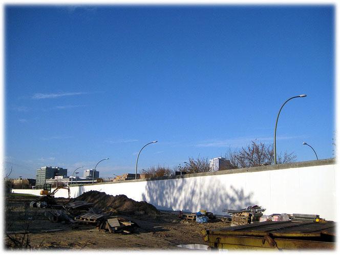 Bilder von der Hinterlandmauer als zweite Grenze hinter der Spree. Der Fluss war die echte Grenzanlage, die Hinterlandmauer stellte die zweite Grenze dar. Auf der Rückseite sind keine Bilder zu finden