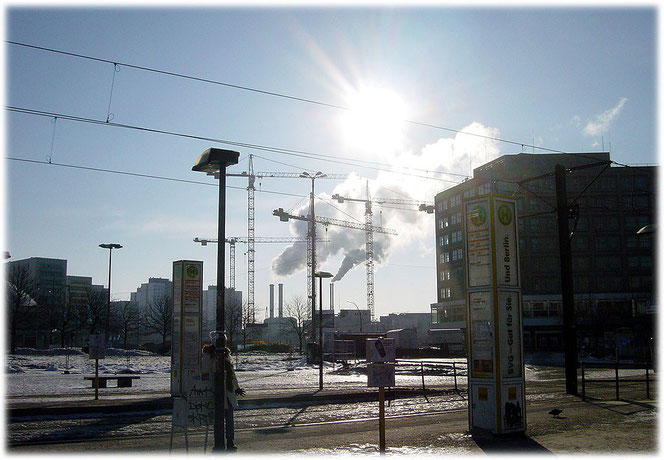 Ein Bild vom Alexanderplatz in Berlin, das in Richtung Jannowitzbrücke zeigt. Man sieht noch kein Einkaufszentrum Alexa und keinen Saturn Elektronikmarkt. Es ist Winter am Alex und es ist kalt.