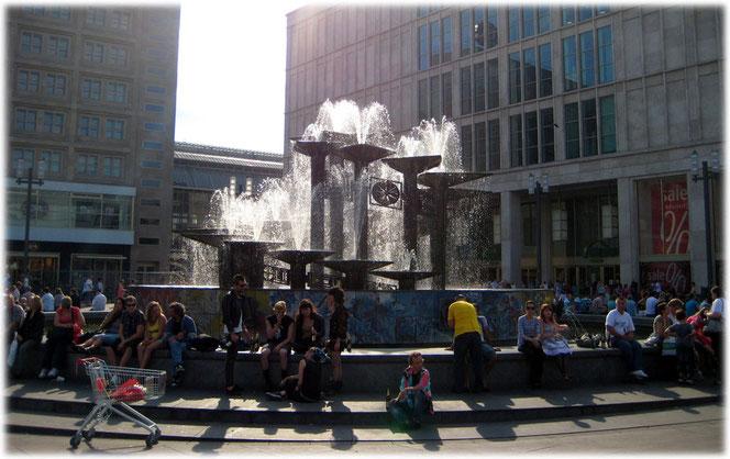 Das Bild zeigt den Brunnen der Völkerfreundschaft und die Punks, die am Alex wohnen und den Brunnen lieben. Bilder und Fotos aus der DDR und vom Alexanderplatz.