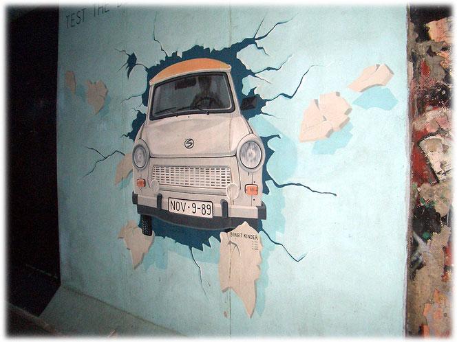 Fotos und Bilder von der Berliner Mauer. Die Geschichte der Grenze in Berlin, aufgezeigt anhand vieler Bilder und Fotos. Bilder der East-Side-Gallery in Treptow und Friedrichshain.
